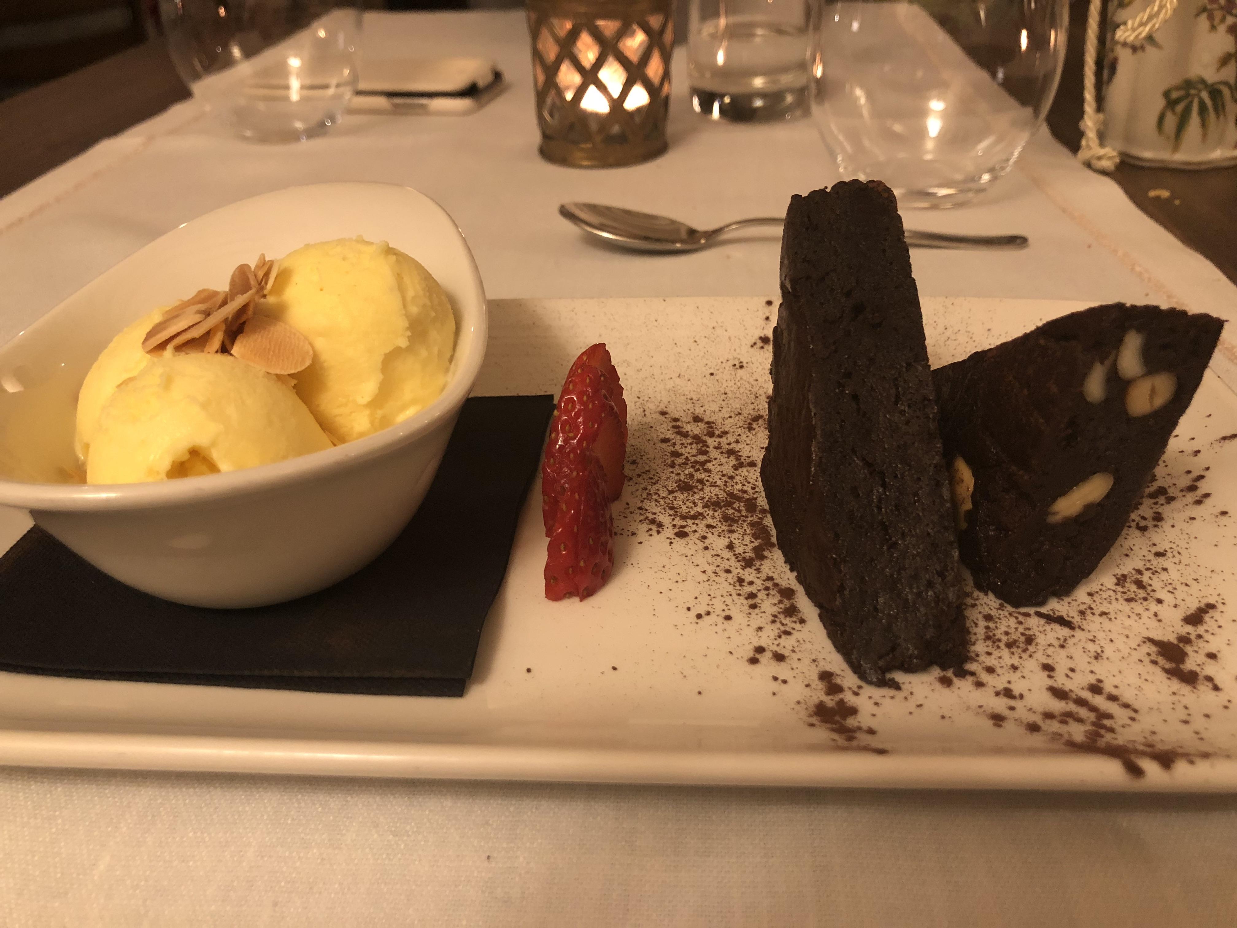 Brownie con nueces y helado de vainilla