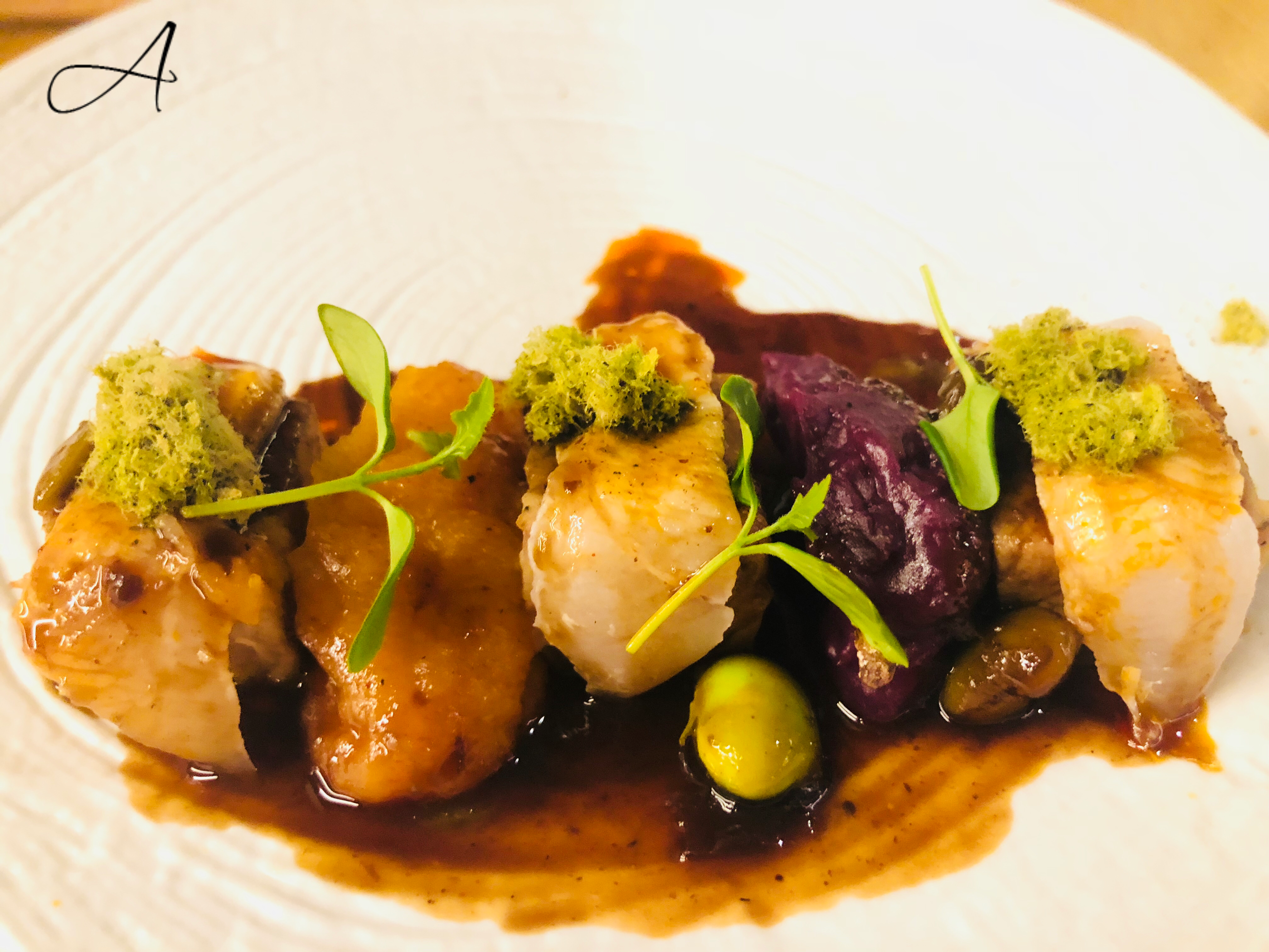 Cochinillo con mero con puré de albaricoques y de patata violeta