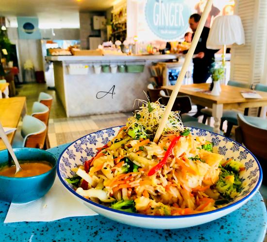 Wok de arroz con gambas al curry rojo