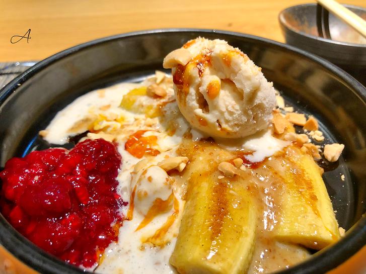Plátano caramelizado con helado de vainilla