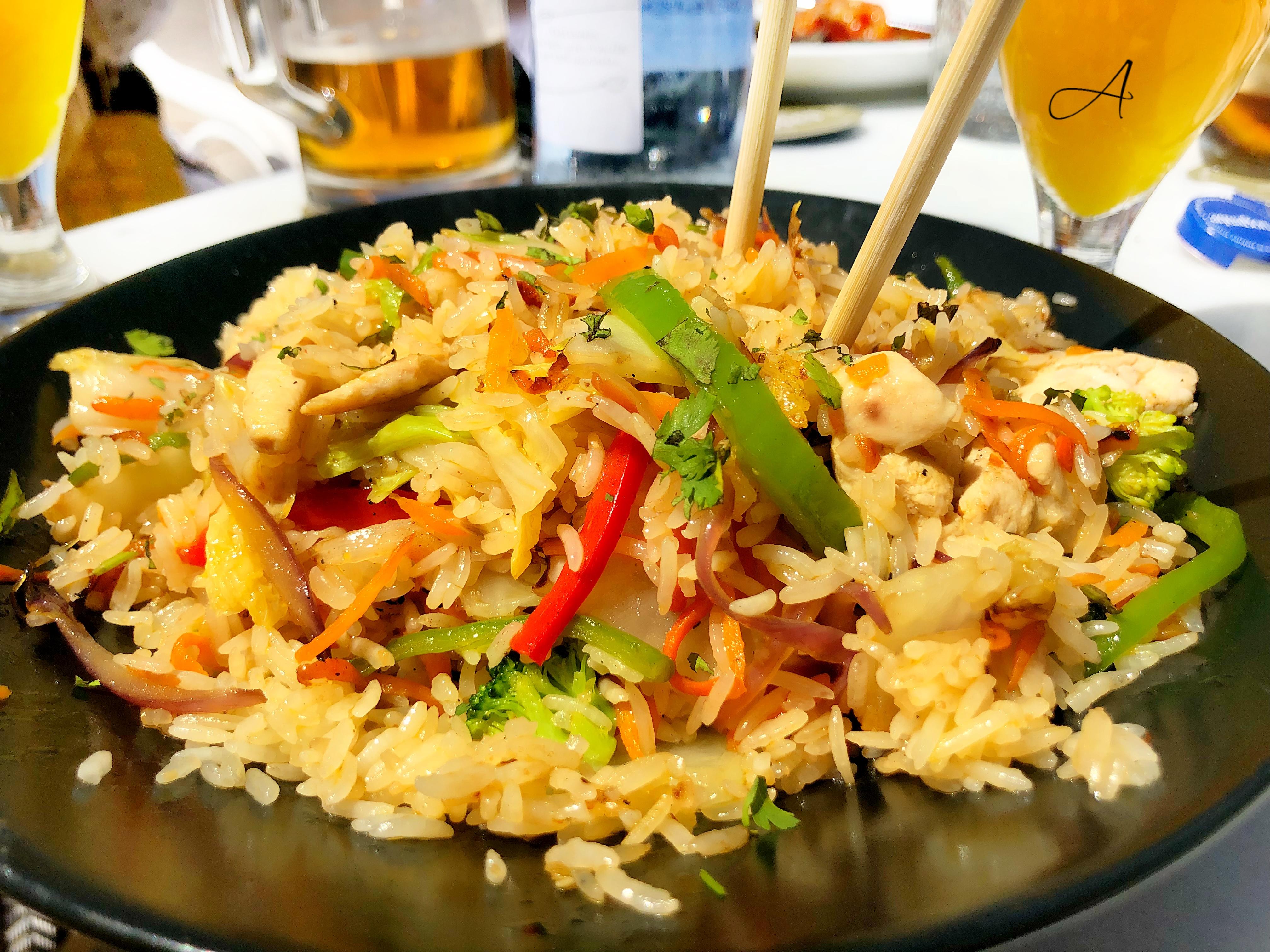 Wok de arroz de pollo y verduras