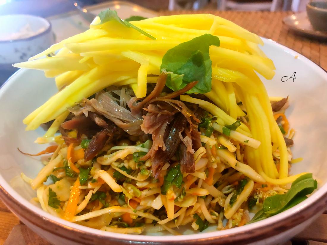 Ensalada tailandesa con mango verde, cacahuete y pato crujiente