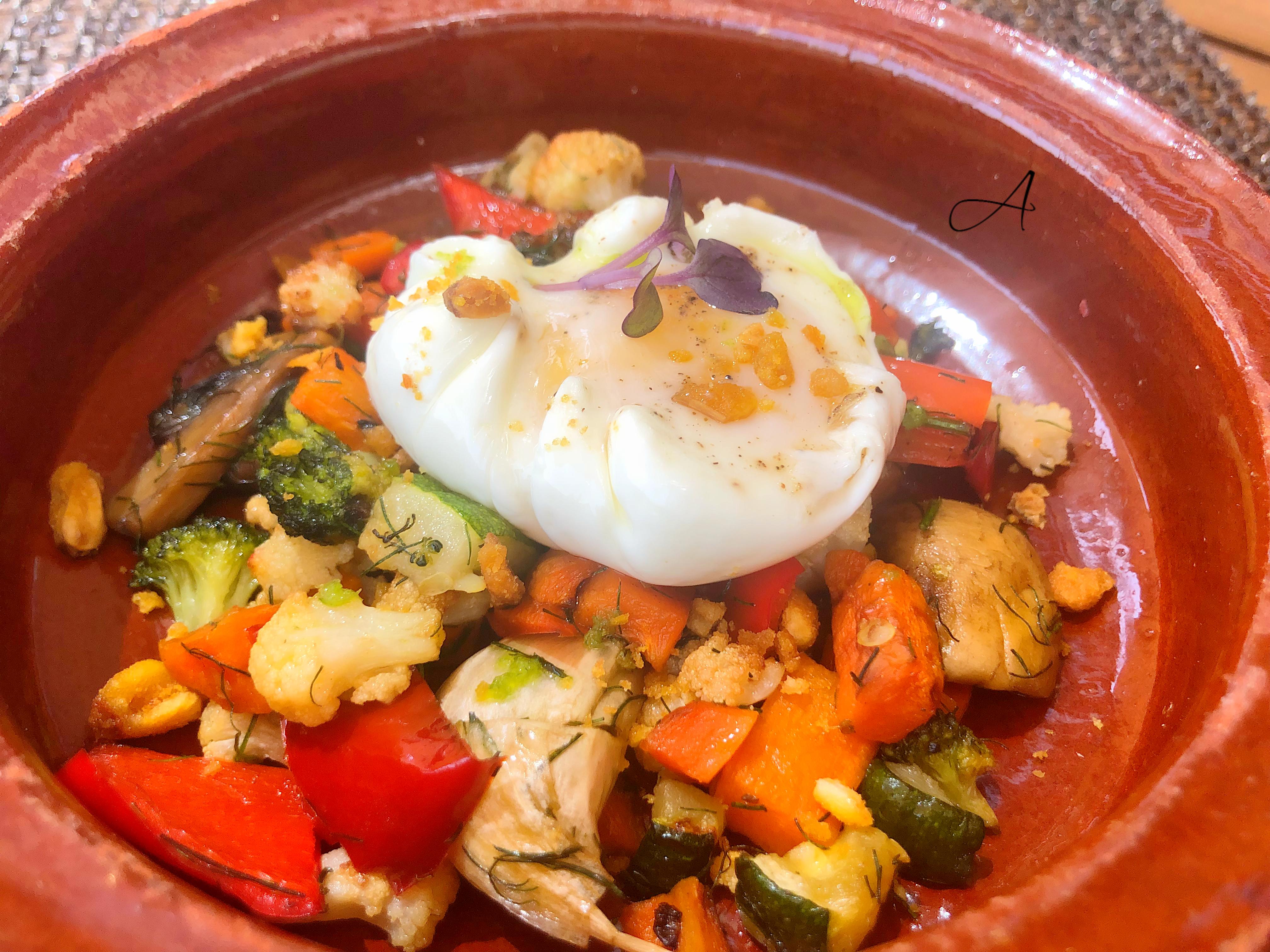 Huevo poché con verduritas