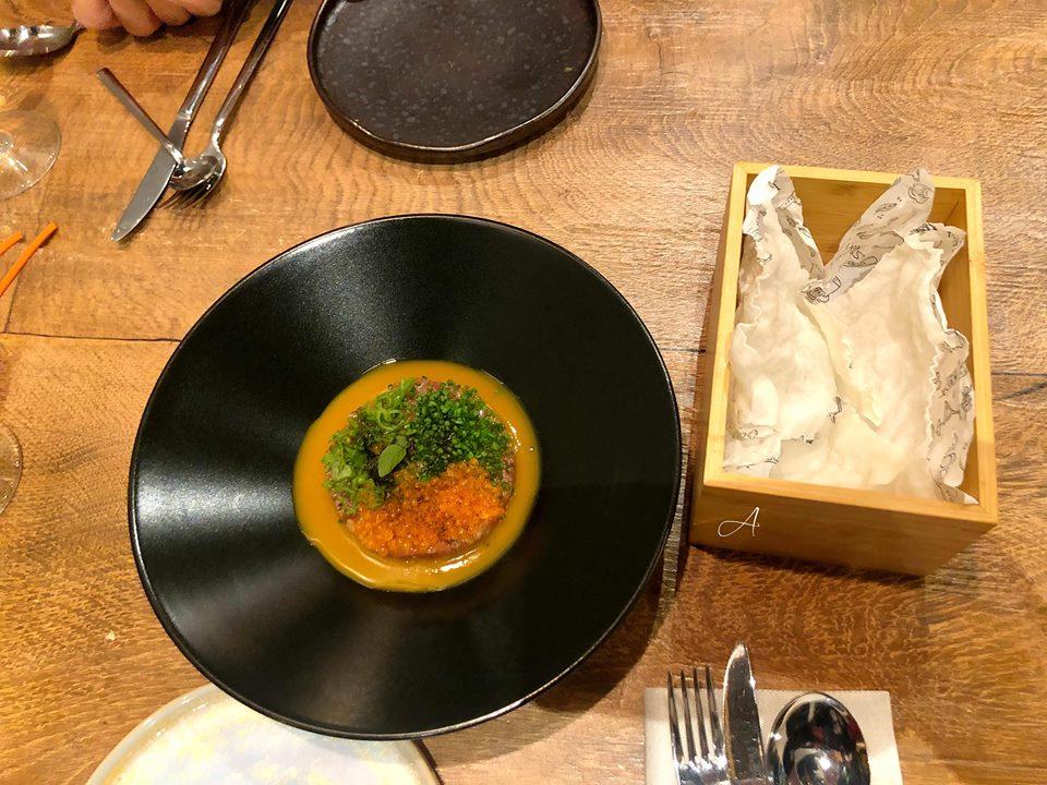 Tartar de atún bluefin con galleta de arroz