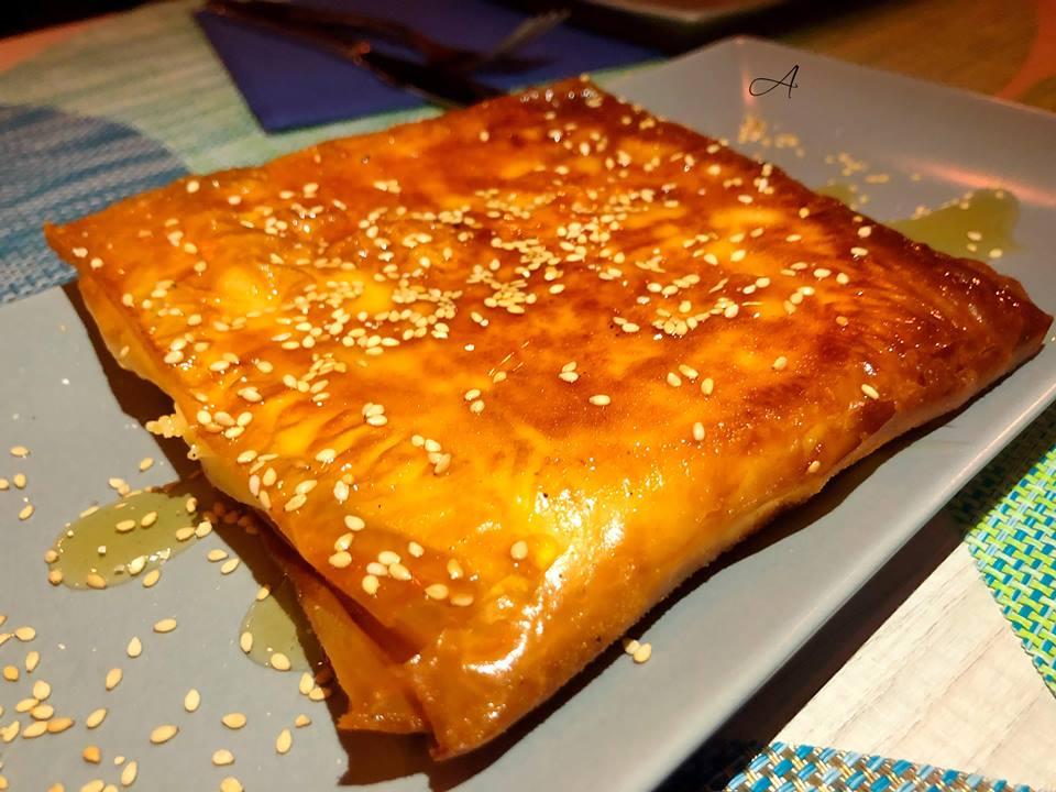 Provolone a la plancha con miel y envoltura de masa filo