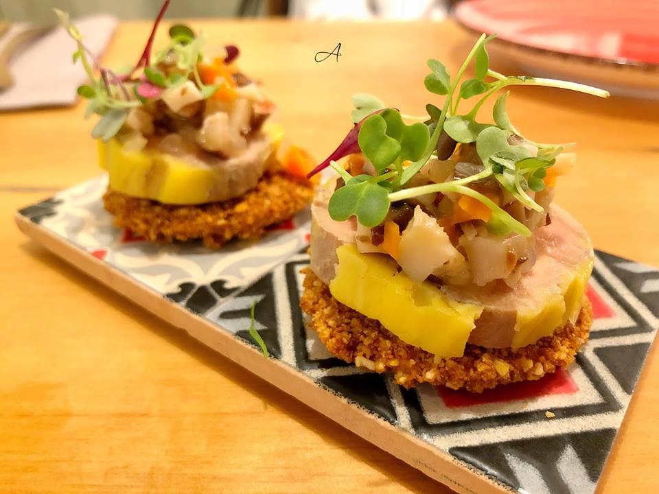 Terrina de foie, shiitake escabechado sobre teja de maíz tostado y chutney de manzana ácida