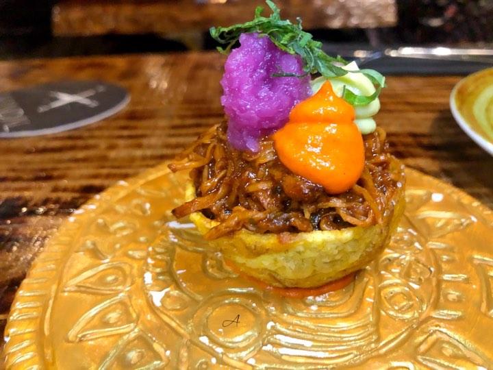 Patacón relleno de cerdo marinado con achiote
