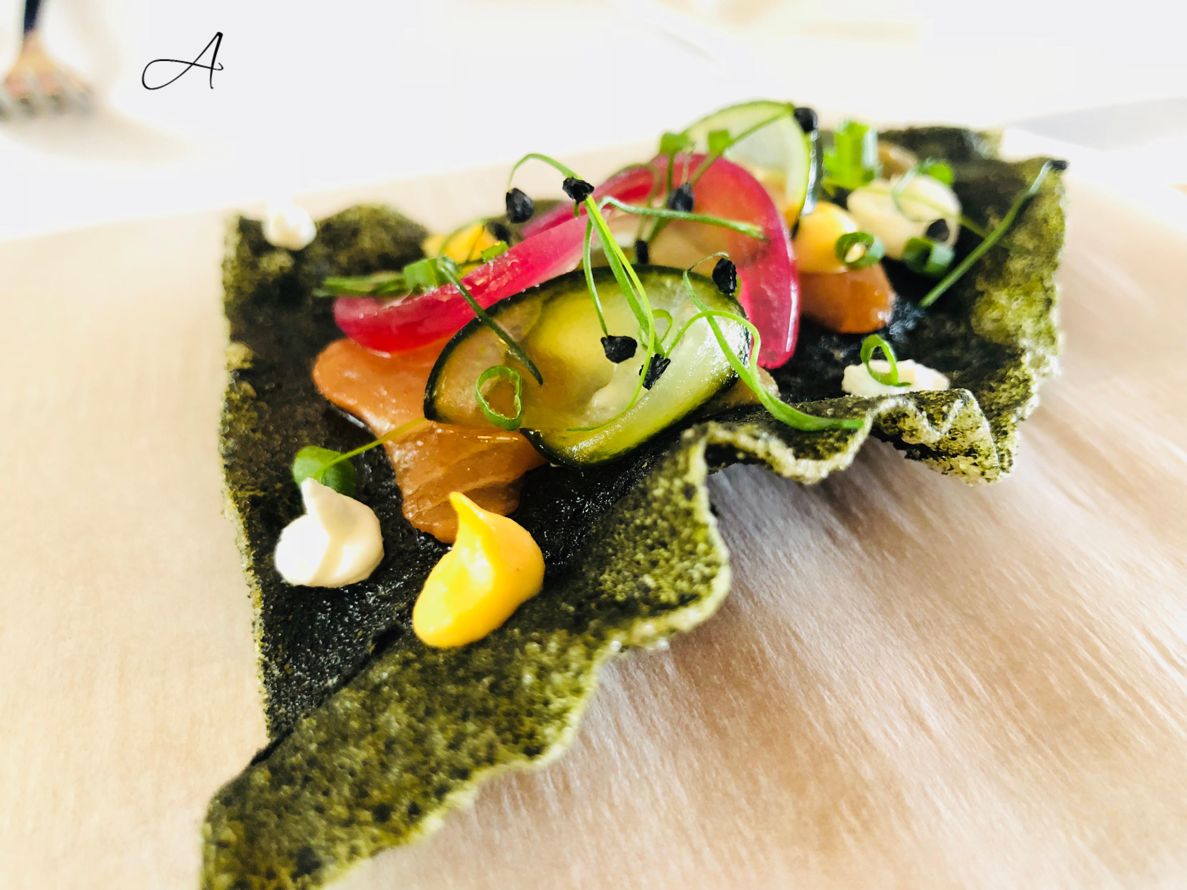 Coca de algas con salmón y mostaza