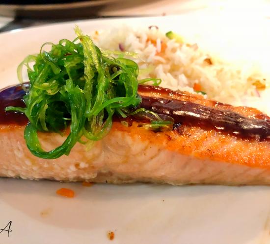 Lomo de salmón con salsa de soja, wakame y arroz