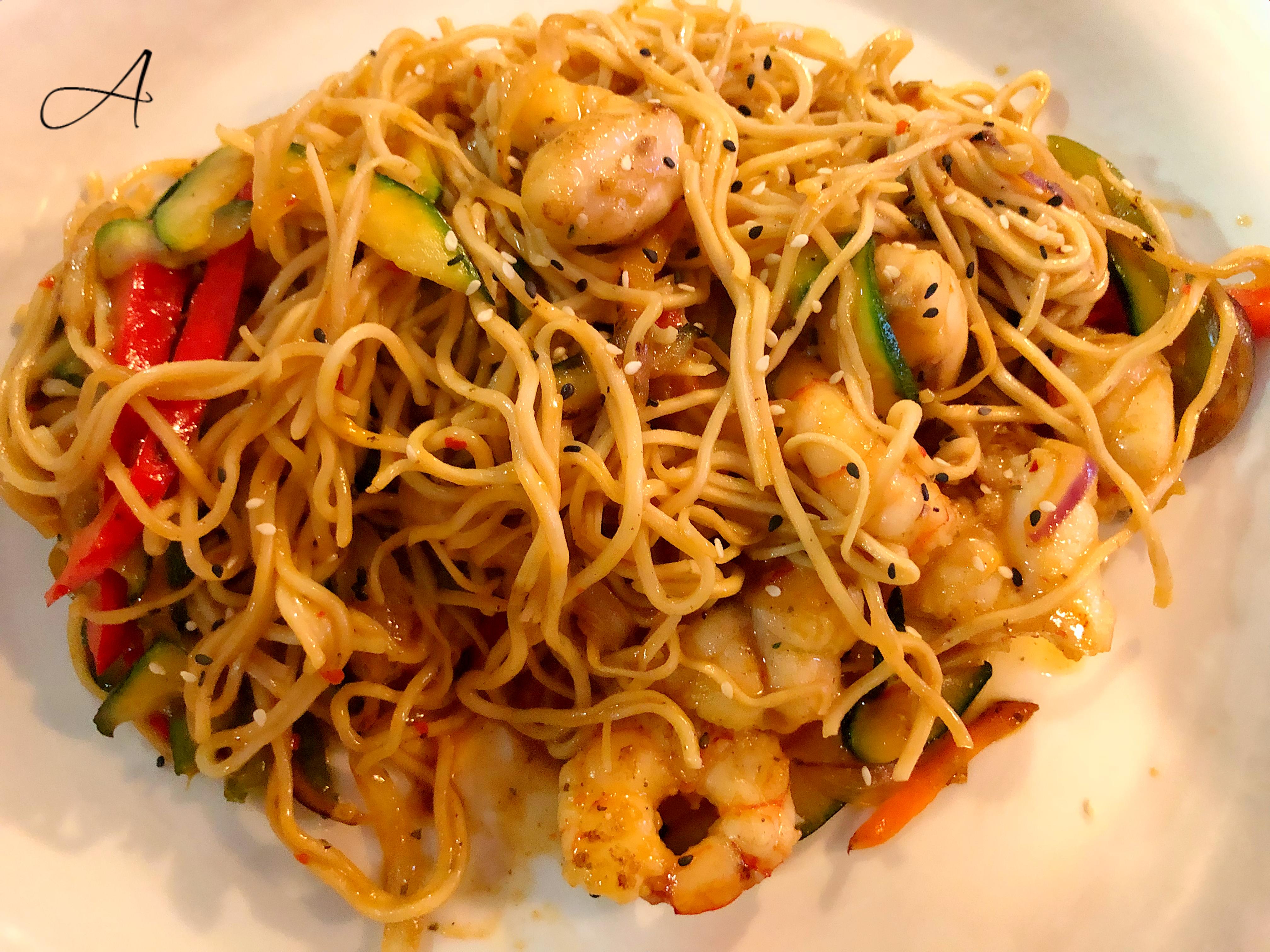Wok de rape y langostinos estilo indonesio con noodles