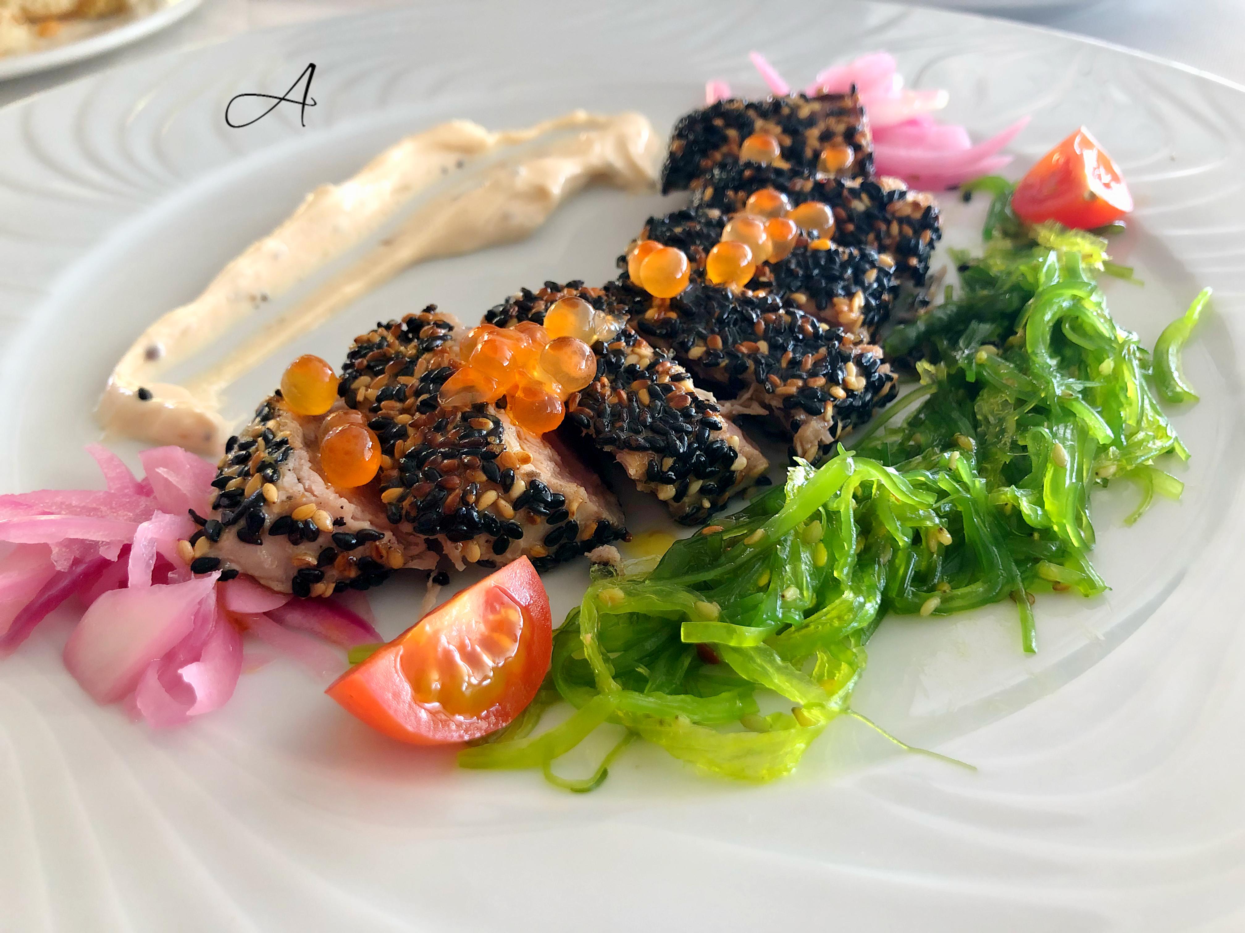 Tataki de atún rojo con aguacate, ensalada y tostas crujientes