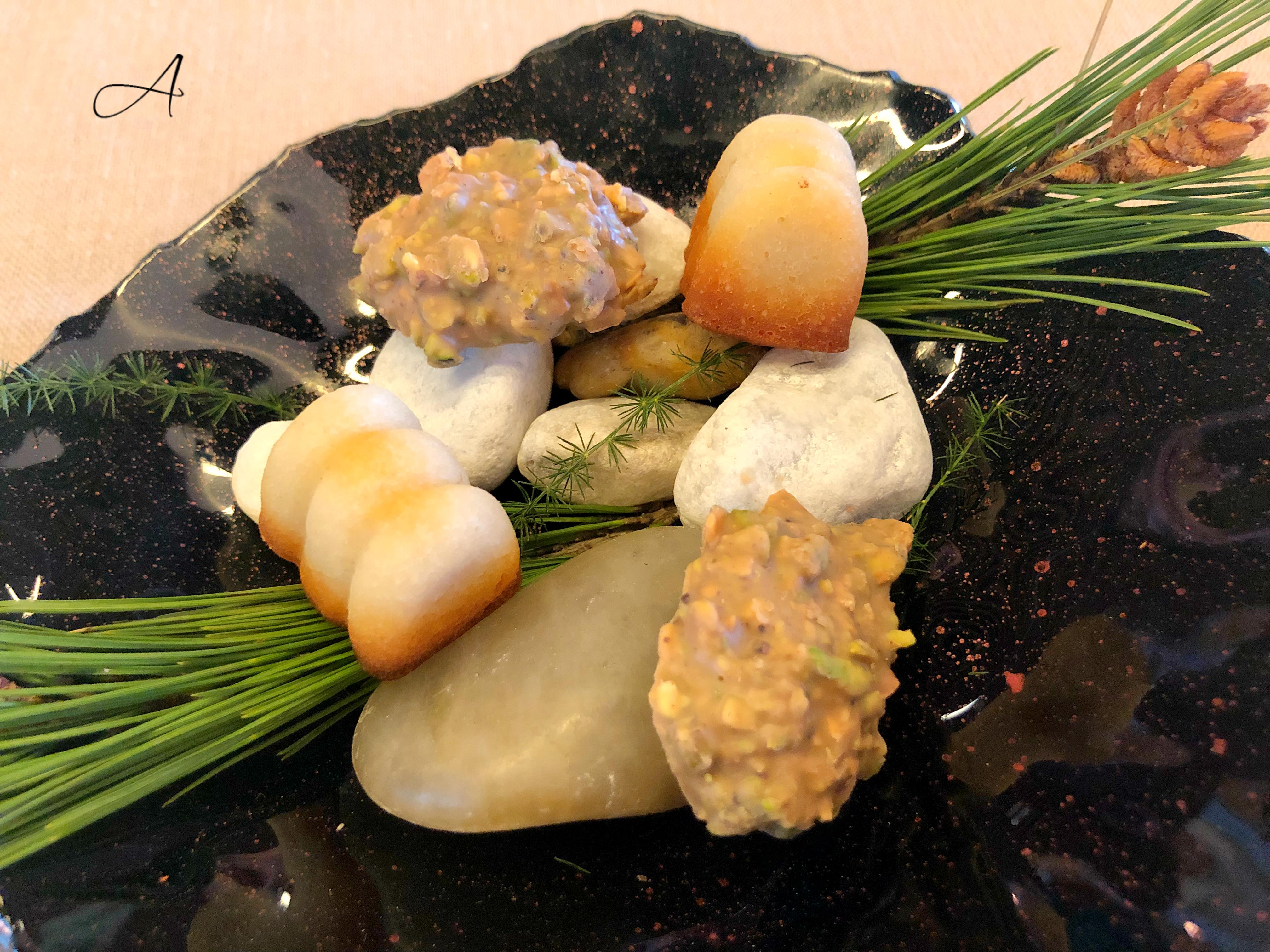 Bombones de crujiente de pistacho y financier de bizcocho de almendra y plátano
