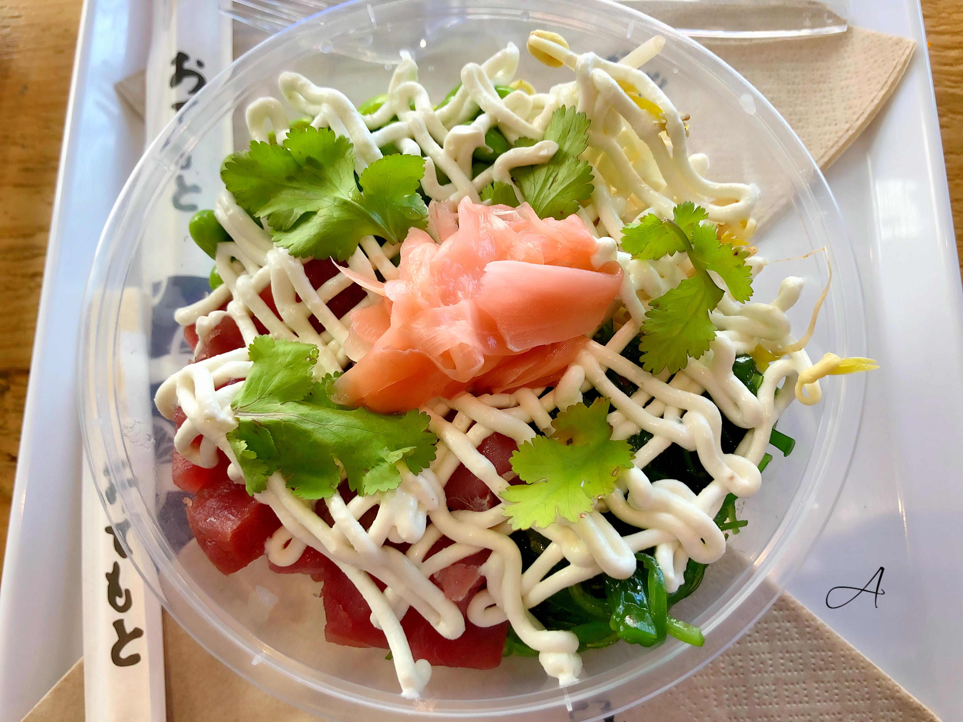 Poke de atún, edamame, alioli wasabi, brotes de soja, wakame, cilantro y gari