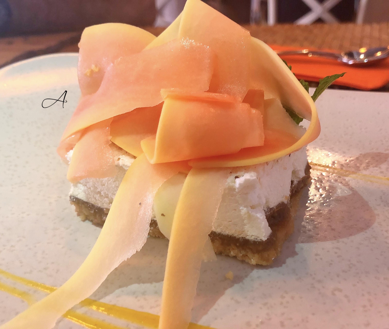 Tarta de coco y caramelo con láminas de papaya