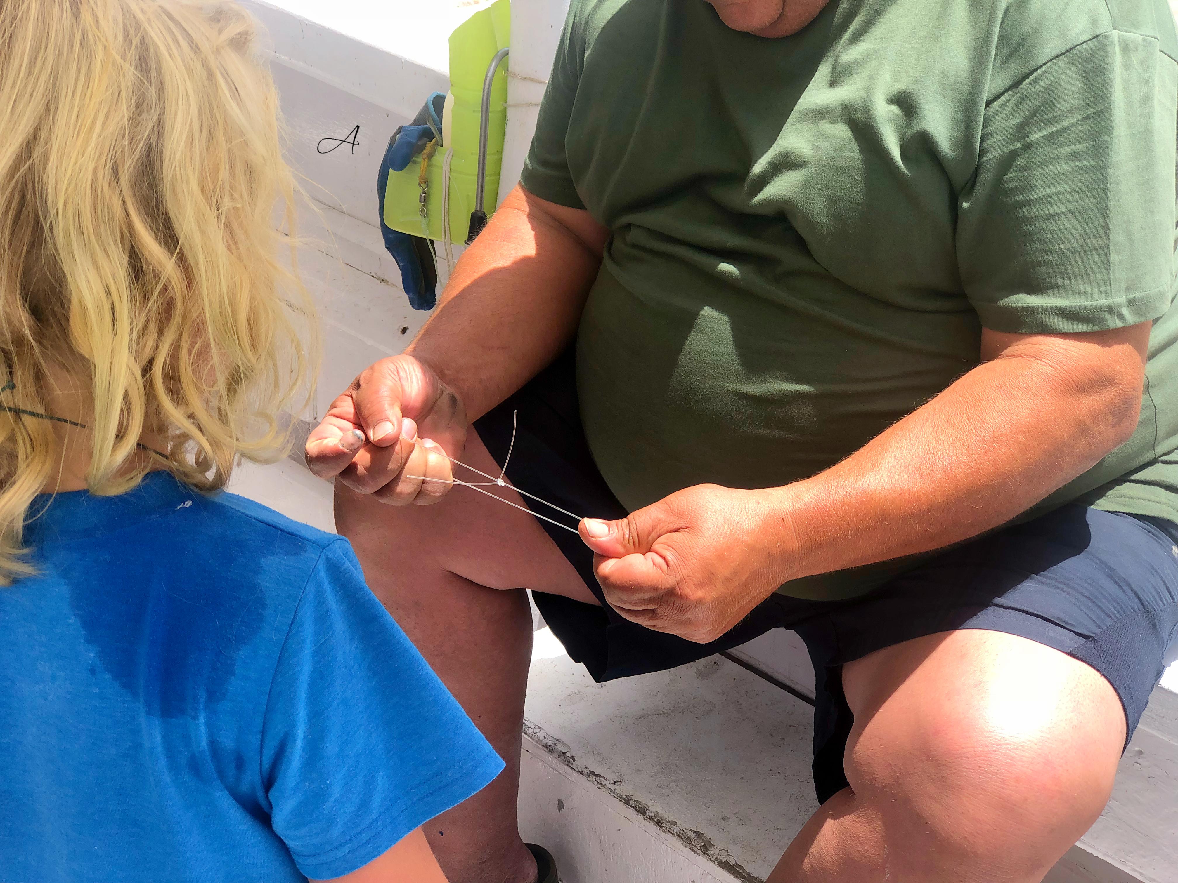 Capitán enseñando un nudo marinero