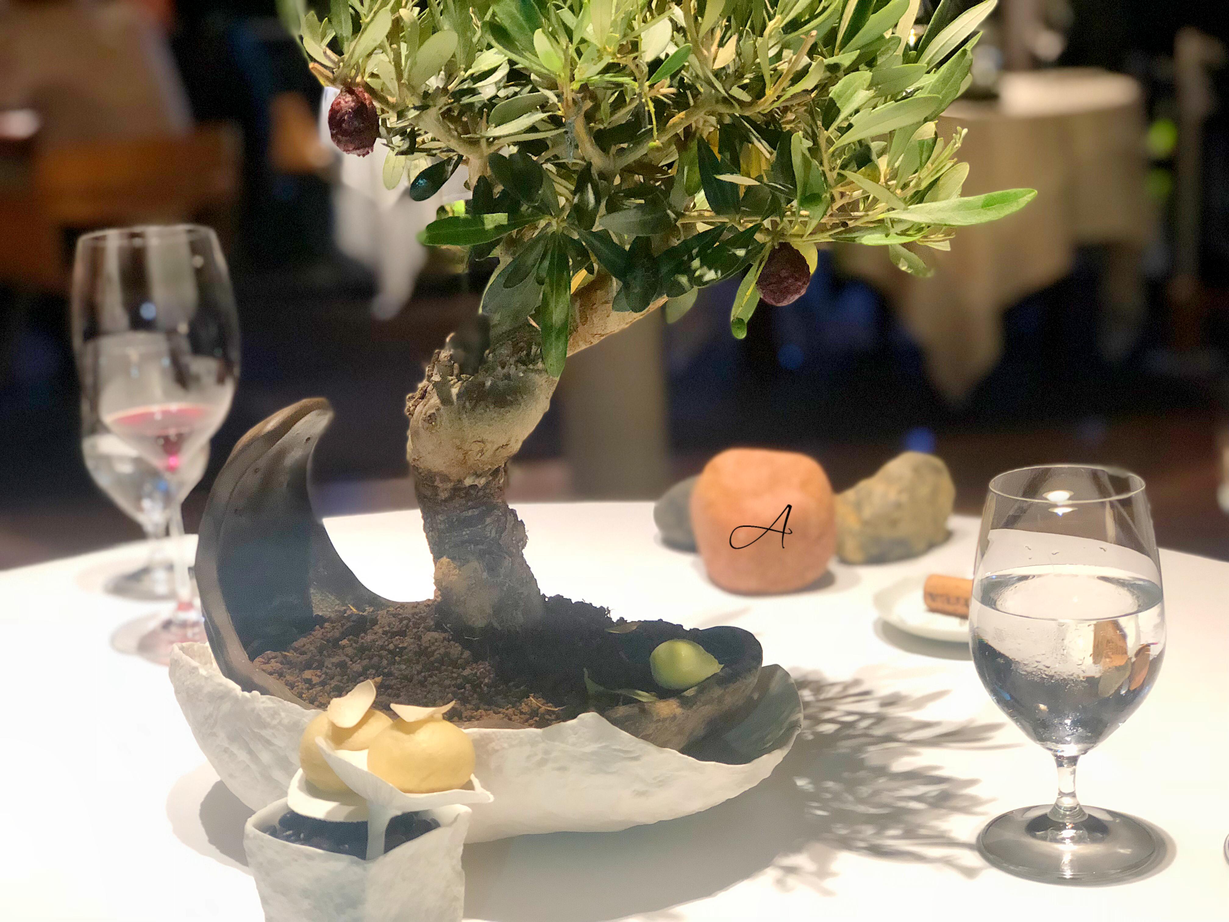 Helado de oliva verde y tempura de aceituna negra