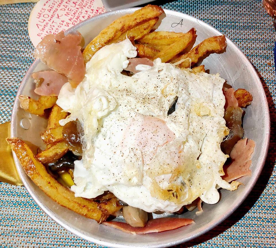 Sartén de huevos rotos con jamón y setas