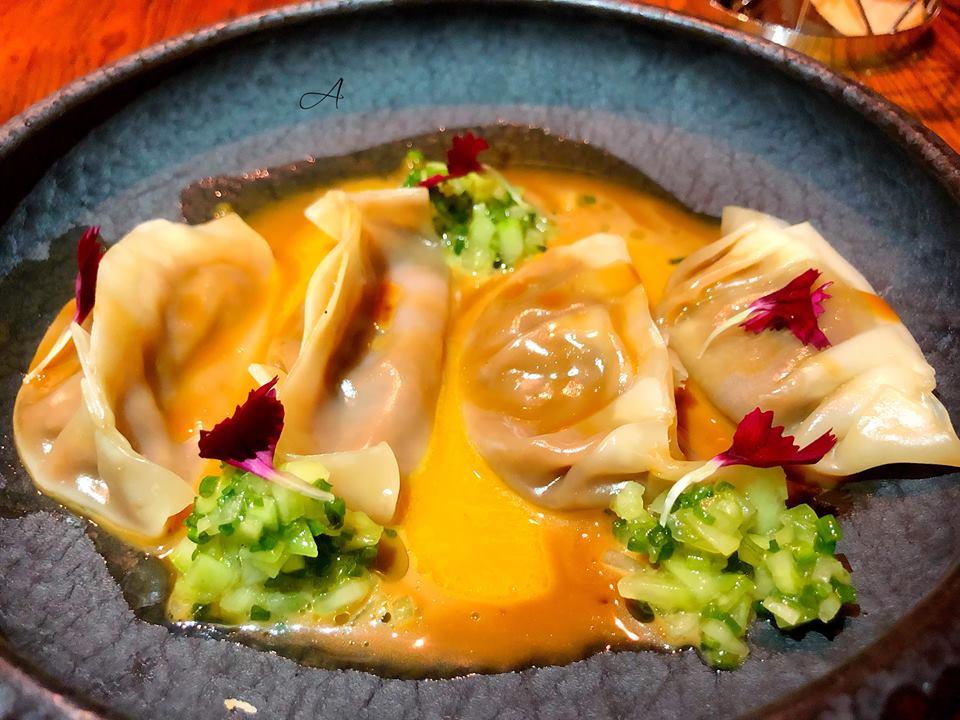 Dumplings de pato pekín y salsa de erizo de mar