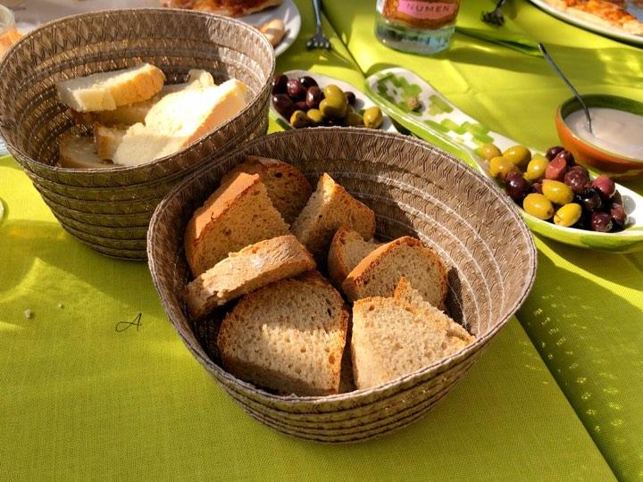 Pan moreno y blanco con aceitunas