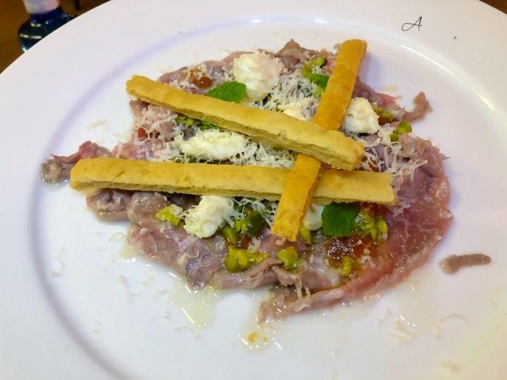 Ternera mechada a la antigua, queso de Menorca y pistachos